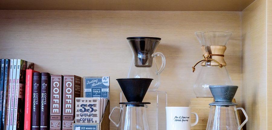 Bücher und Zubehör für das Cold Drip Coffee Wiki stehen in einem Regal
