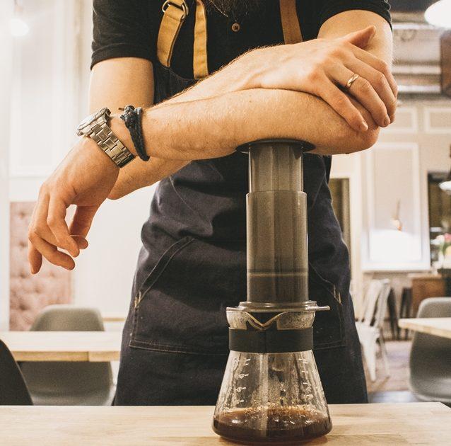 Mann beim Cold Drip Kaffee selber machen mit der Aeropress