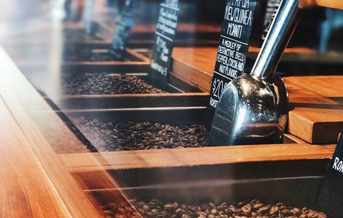 Holztresen mit einer Auswahl an Cold Drip Kaffee Sorte