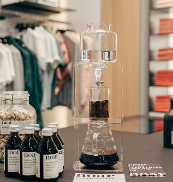 Der Cold Brew Coffee Dripper ist eine turmartige Konstruktion. Mit ihr wird Cold Drip Coffee hergestellt.